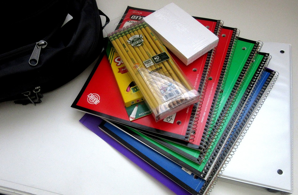 school-supplies-1582082_1280