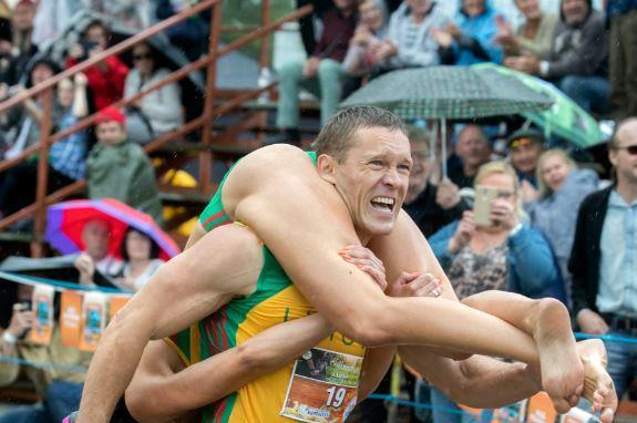 Lithuanian-couple-wins-international-wife-carrying-championship