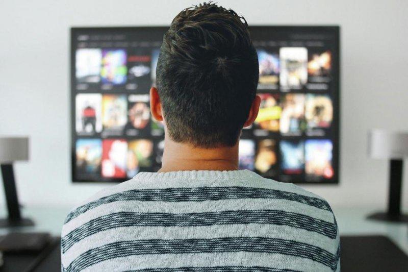 Website-seeks-professional-binge-watcher-to-watch-Netflix-eat-pizza