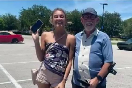 Treasure-hunter-finds-tourists-lost-iPhone-on-Florida-beach